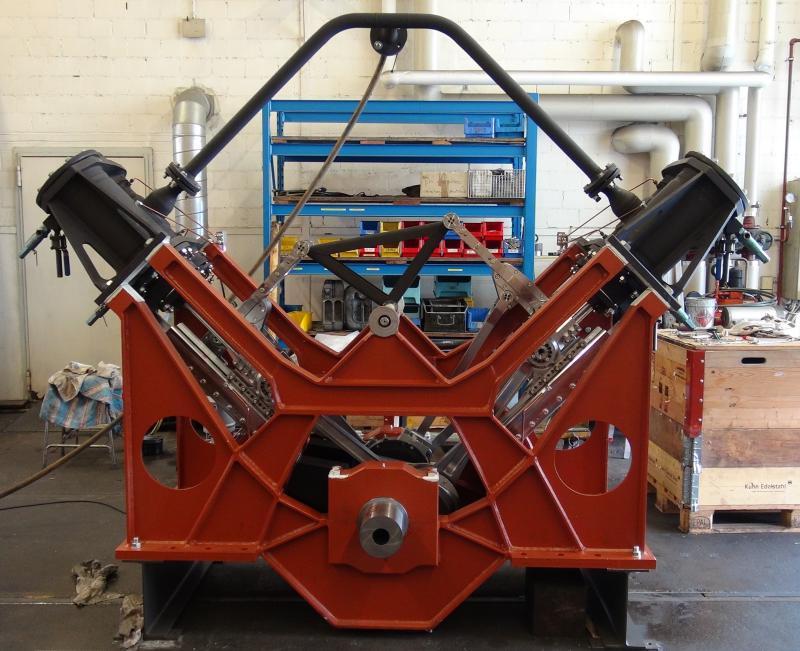 Die neue Zweizylinder-Dampfmaschine für das DS Spiez am 27.8.2019 beim ersten Probelauf mit Druckluft. Die Zylinder und die Dampfleitungen sind noch nicht isoliert. Foto Roger Waller