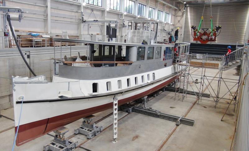 Einbau der neuen Dampfmaschine am 18.9.2019 in das DS Spiez. Der Einbau erfolgte im Trockendock der BLS-Werft in Thun. Foto Roger Waller