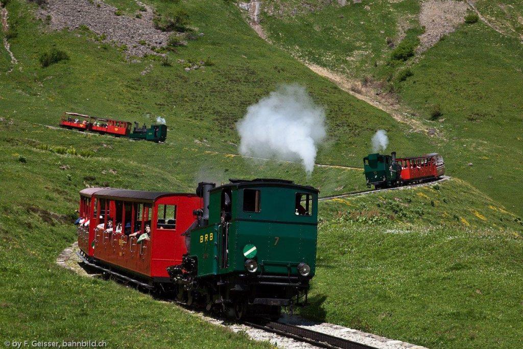 Die Brienz-Rothorn Bahn hat als einzige Bahn der Welt drei Generationen von Dampflokomotiven in Betrieb. Die nicht gestellte Aufnahme zeigt vorne die H 2/3 Nr. 7, Baujahr 1937, in der Mitte die H 2/3 Nr. 15, Baujahr 1996 und oben die H 2/3 Nr. 2, Baujahr 1891 am 11. 9.2009 auf Talfahrt oberhalb Planalp. Foto Franz Geisser