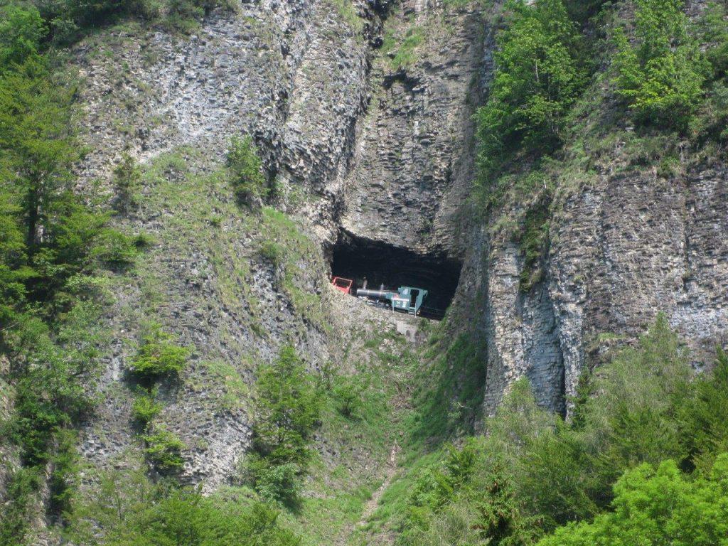 Die neue Zahnrad-Dampflokomotive H 2/3 Nr. 14 der Brienz-Rothorn-Bahn durchfährt am 17. 6. 2012 das erste Tunnelfenster oberhalb von Geldried. Foto Roger Waller