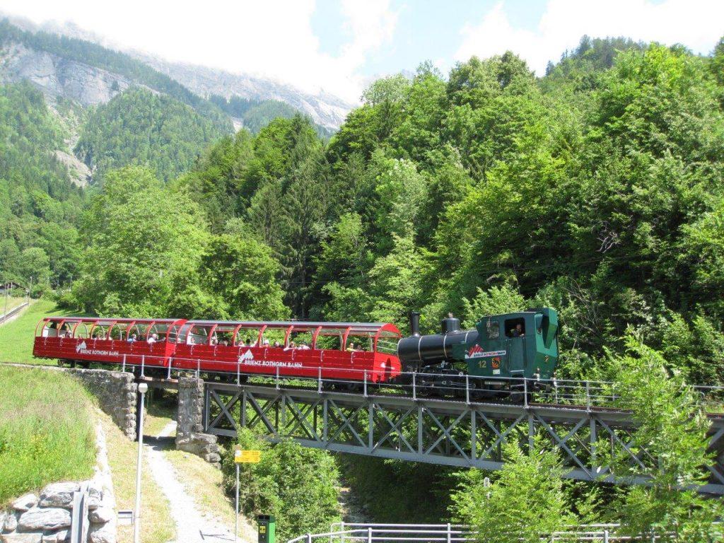 Die neue Zahnrad-Dampflokomotive H 2/3 Nr. 12 der Brienz-Rothorn-Bahn am 17. 6. 2012 oberhalb von Brienz. Foto Roger Waller