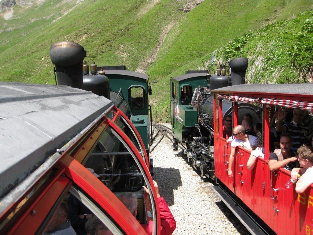 Kreuzung von zwei mit neuen Zahnraddampflokomotiven bespannten Zügen in Oberstafel. Foto Roger Waller