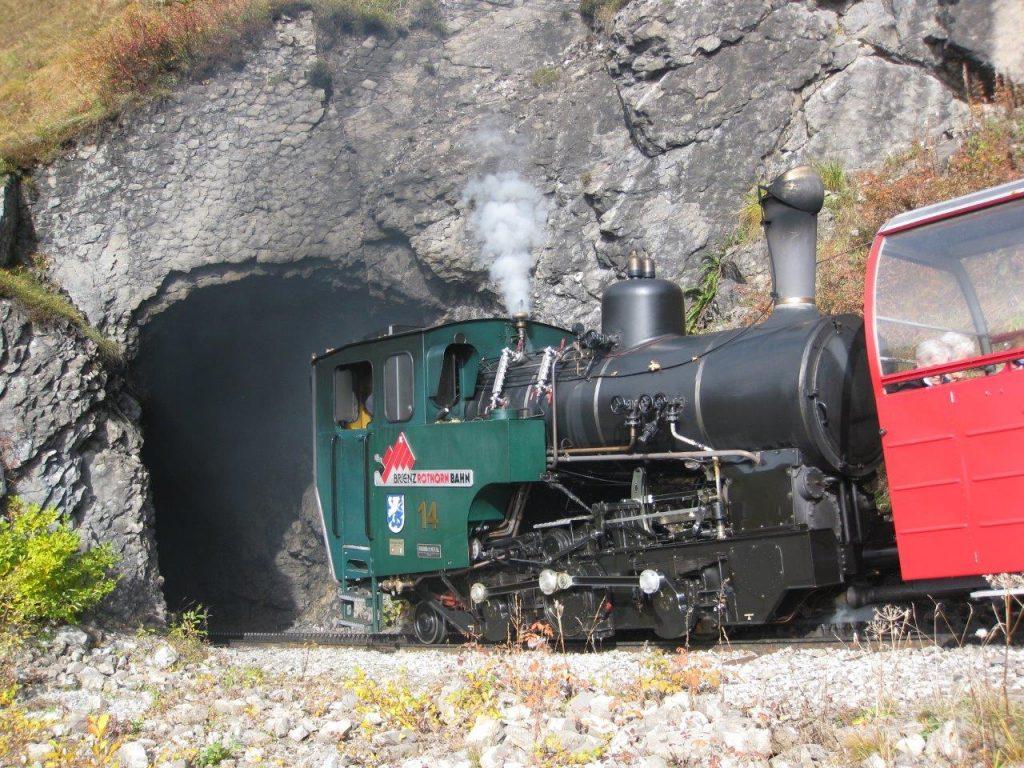 Die neue Zahnrad-Dampflokomotive H 2/3 Nr. 14 der Brienz-Rothorn-Bahn am 11. 10. 2008 gibt kurz vor der Tunneleinfahrt einen Achtungspfiff. Foto Roger Waller