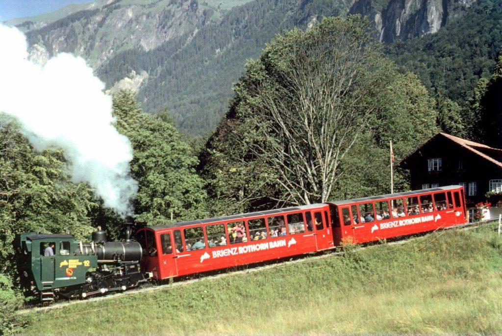 Die neue Zahnrad-Dampflokomotive H 2/3 Nr. 12 der Brienz-Rothorn-Bahn oberhalb von Brienz. Aufgrund der kalten Witterung und der kurz nach Abfahrt noch niedrigen Dampftemperatur entstand eine schöne blütenweisse Dampffahne. Foto Roger Waller