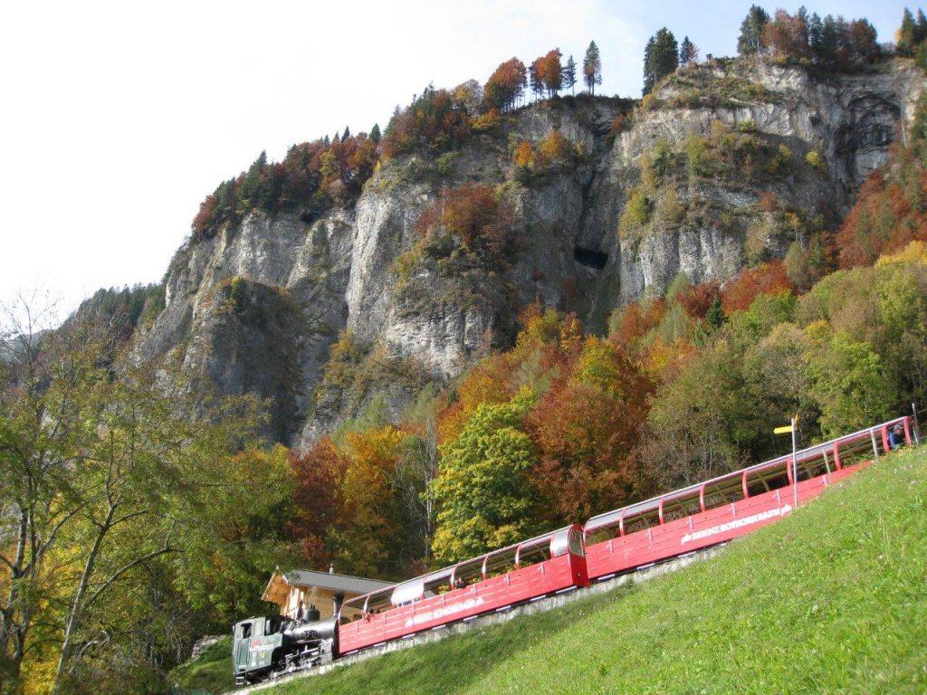 Die neue Zahnrad-Dampflokomotive H 2/3 Nr. 12 der Brienz-Rothorn-Bahn kurz vor der Kreuzungstation Geldried. Gut sichtbar sind die beiden Tunnelfenster in der Felswand, durch welche der Zug anschliessend fahren wird. Foto Roger Waller