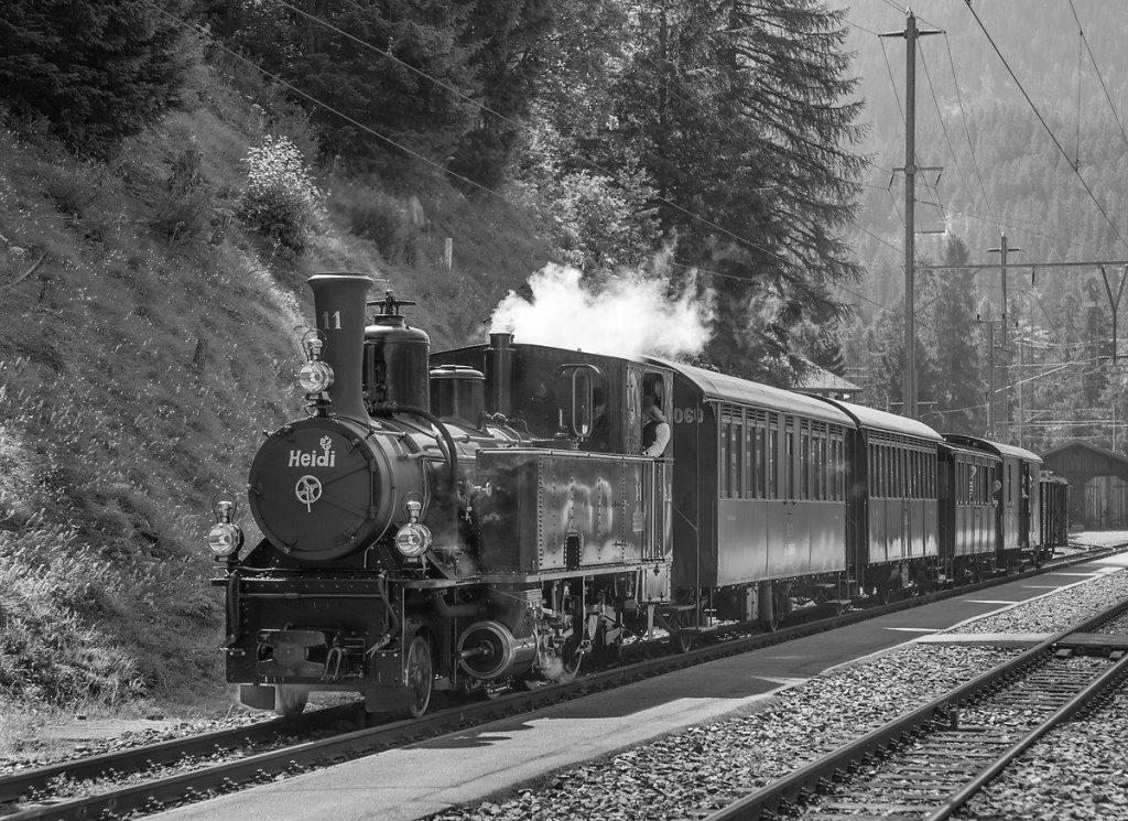 Diese Schwarz-Weiss-Aufnahme zeigt die modernisierte G 3/4 Nr. 11 Heidi am 6. 7. 2015 in Bergün. Bei der Modernisierung der DampflokoHeidi wurde speziell darauf geachtet, das äussere Erscheinungsbild nicht zu verändern. Wie man sieht ist dies hervorragend geungen, das Bild könnte 50 Jahre früher entstanden sein. Foto Georg Trüb
