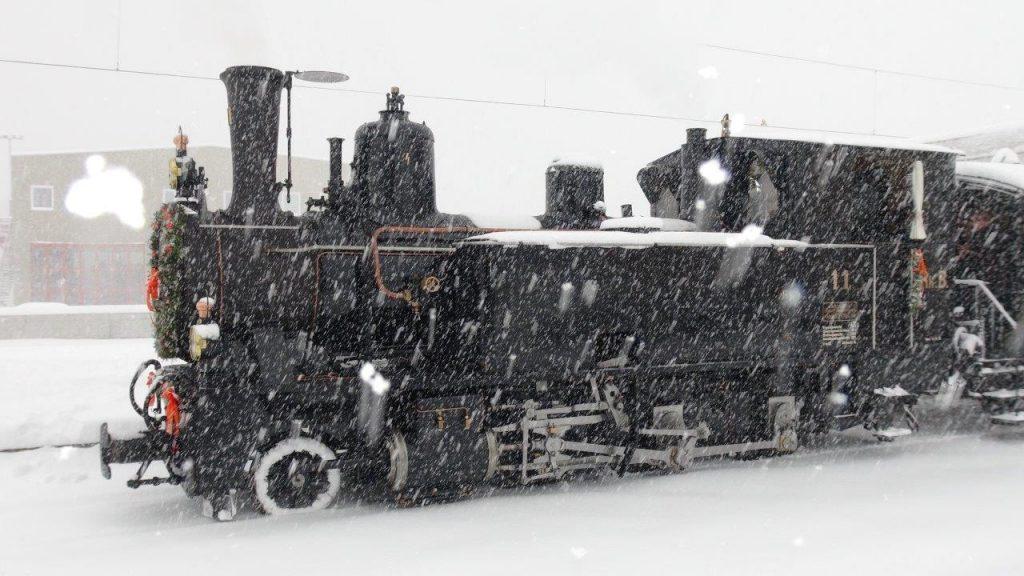 Die modernisierte G 3/4 Nr. 11 Heidi am 5.3.2016 im Schneetreiben in Zernez. Foto Roger Waller