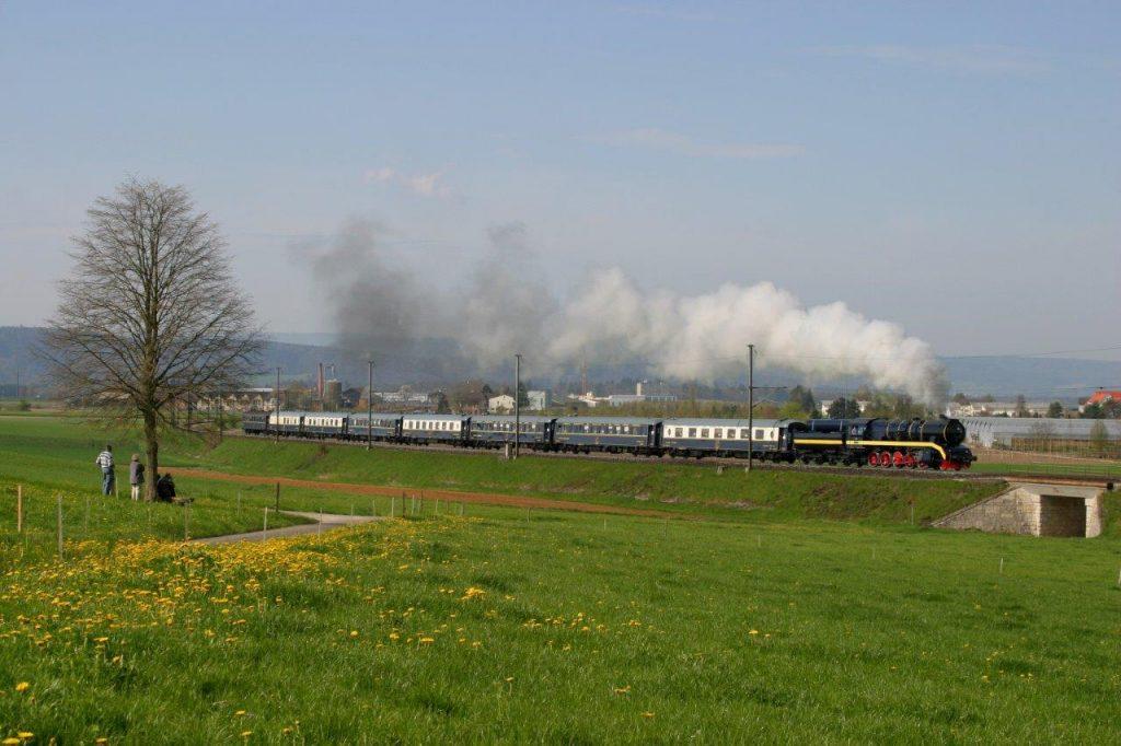 Die modernisierte 52 8055 beschleunigt  am 23. 4. 2005 den NIOE in der Steigung nach Rafz. Foto Georg Trüb