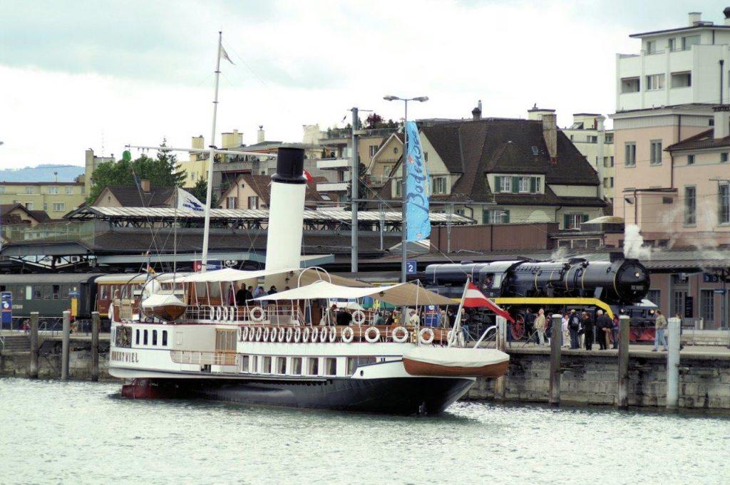 Der Radddampfer DS Hohentwiel begegnet am 15. 9. 2006 im Bahnhof Romanshorn der moderniserten 52 8055. Die Passagiere des Dampfschiffes konnten direkt in den Dampfzug umsteigen. Foto Roger Waller