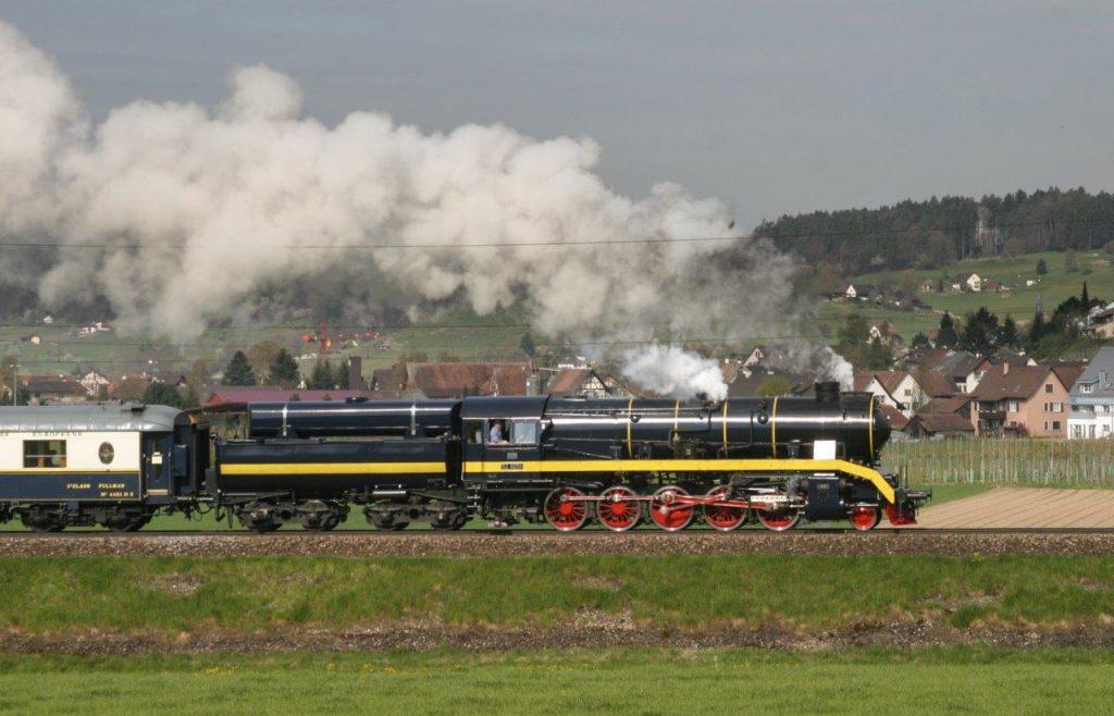 Die modernisierte 52 8055 am 23. 4. 2005 mit Volldampf in der Steigung nach Rafz. Foto Georg Trüb