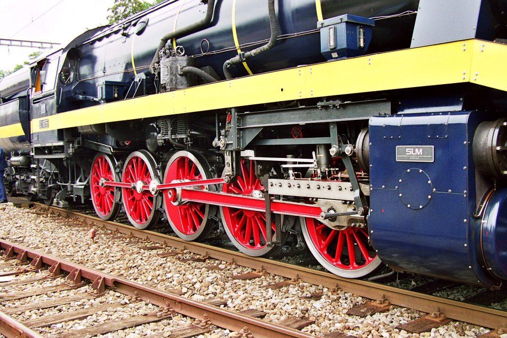 Das Triebwerk der 52 8055 wurde vollständig modernisiert. Einzig die Radsterne blieben erhalten. Für alle Achslager wurden fettgeschmierte Rollenlager verwendet, ebenso für das neu konstruierte Triebwerk. Foto Roger Waller
