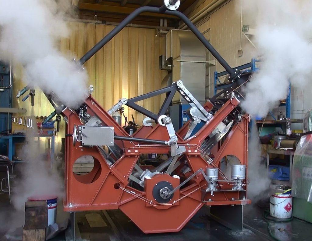 Die neue Zweizylinder-Dampfmaschine für das DS Spiez am 29.8.2019 beim ersten Probelauf mit Dampf. Die Zylinder und die Dampfleitungen sind noch nicht isoliert. Foto Roger Waller