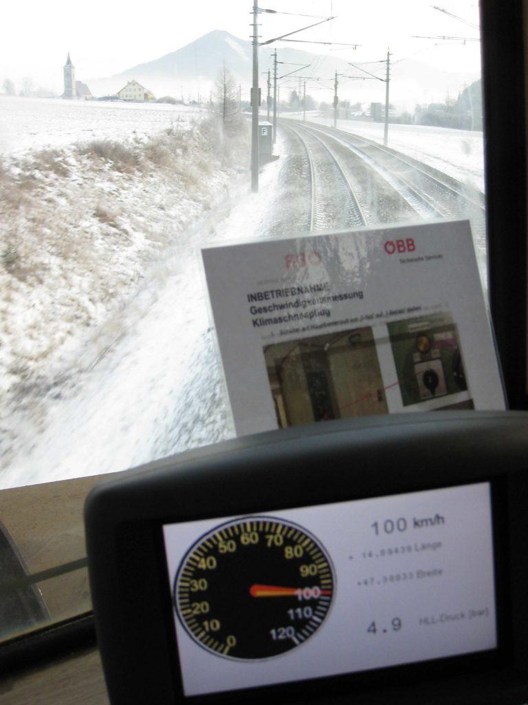 """Bild aus dem Führerstand des ersten mit Rollenlagerachsen modernisierte Klimaschneepfluges der ÖBB, dem Schneeräumer 99 81 9592 504-0 anlässlich der Probe- und Abnahmefahrt am 21. 12. 2009. Bei Abnahmefahrten ist es üblich, die normal zulässsige Höchstgeschwindigkeit (hier 80 km/h) kontrollhalber zu überschreiten. Deshalb wurde über eine längere Strecke mit 100 km/h gefahren. """"Läuft wie ein Salonwagen"""", lautete die Bewertung. Foto-Roger-Waller"""