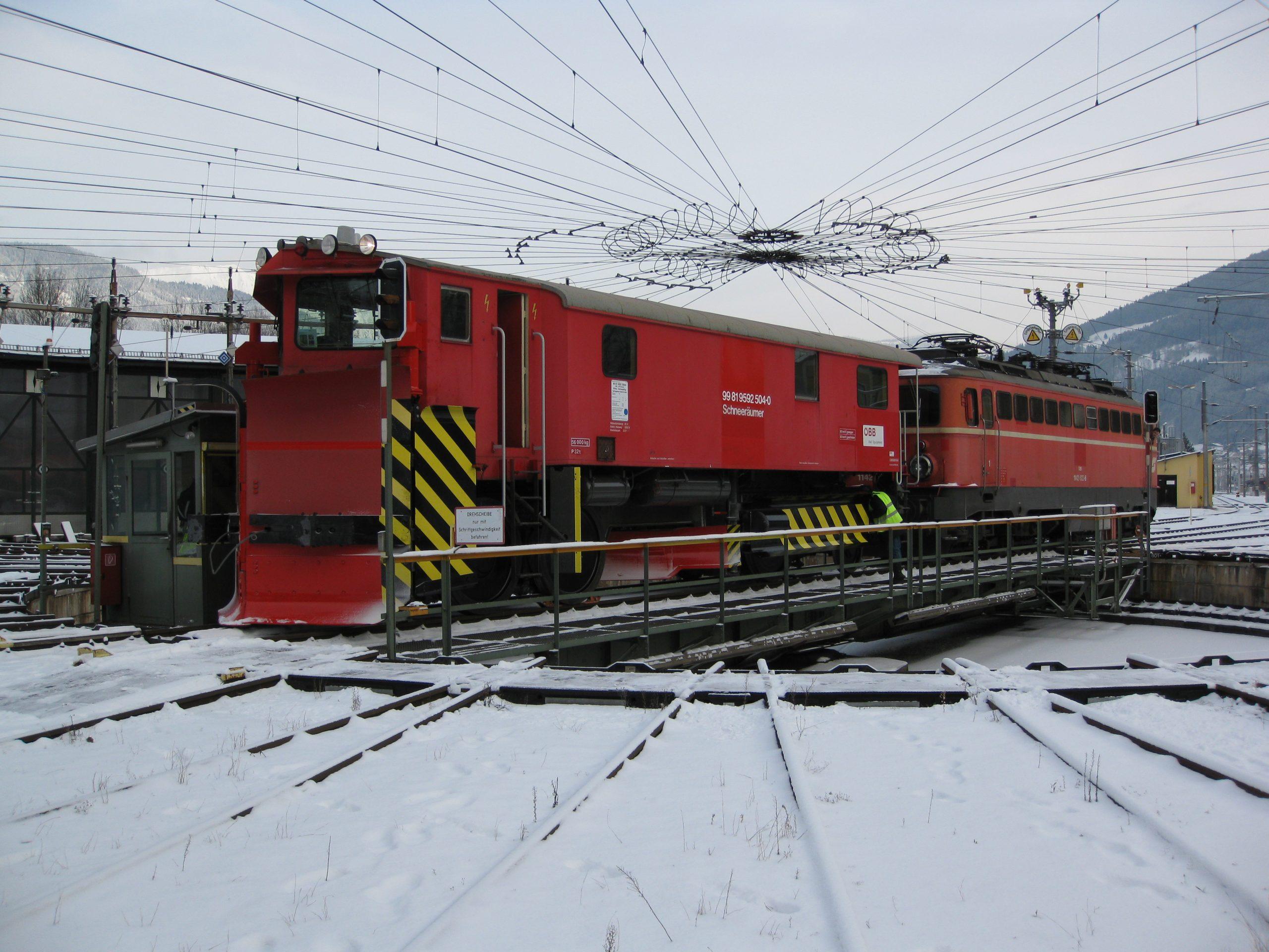 Der Klimaschneepflug der ÖBB_Schneeräumer 99 81 9592 504-0 mit der Schiebelok 1142.623-6 auf der Drehscheibe im Depot Selzthal anlässlich der Abnahmefahrt am 21. 12. 2012. Foto Roger Waller