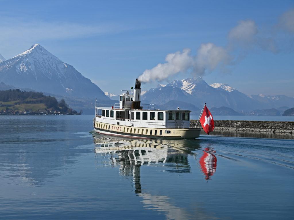 Das Dampfschiff SPIEZ fährt am 10. März 2021 erstmals aus dem Kanal bei Interlaken. Foto Robert Horlacher
