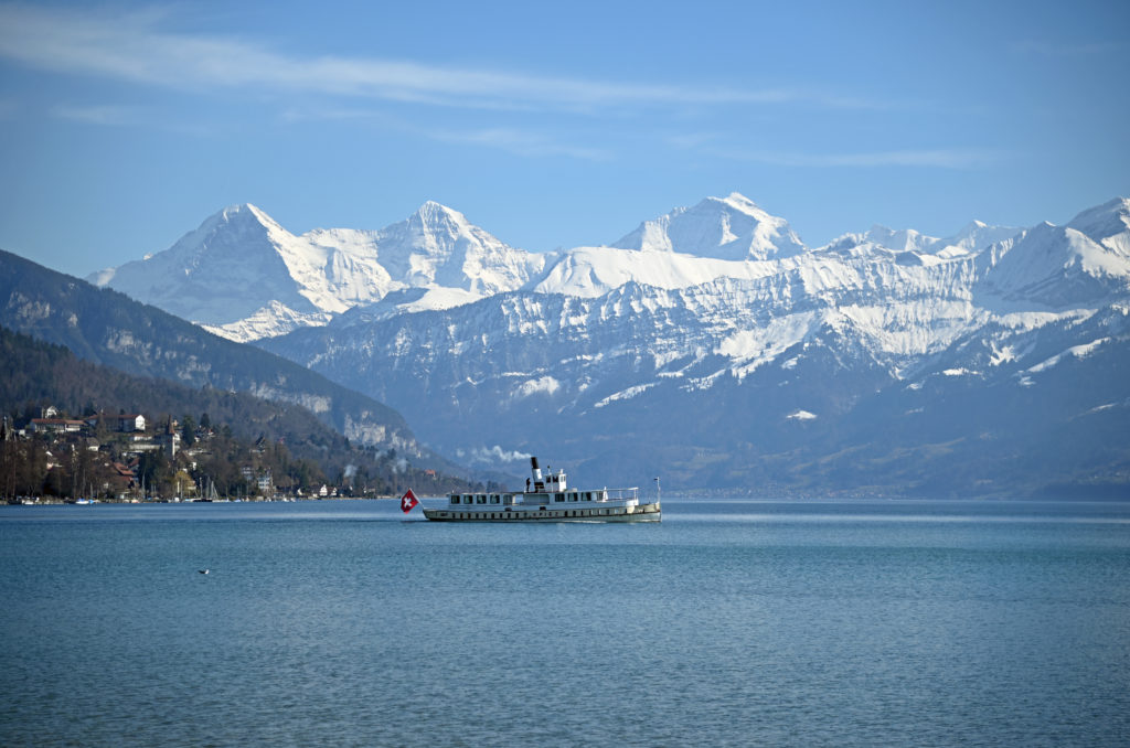 Das Dampfschiff SPIEZ am 10. März 2021mit der grandiosen Bergkulisse von Eiger, Mönch und Jungfrau. Foto Robert Horlacher