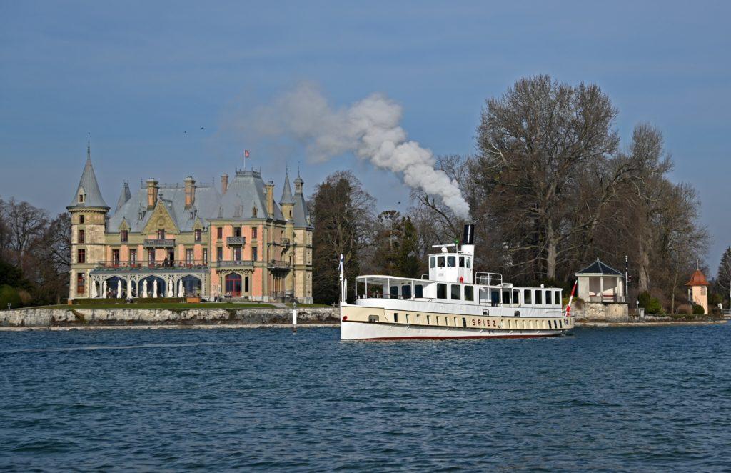 Das Dampfschiff SPIEZ fährt am 10. März 2021 rückwärts am Schloss Schadau vorbei in den Kanal von Thun. Foto Robert Horlacher